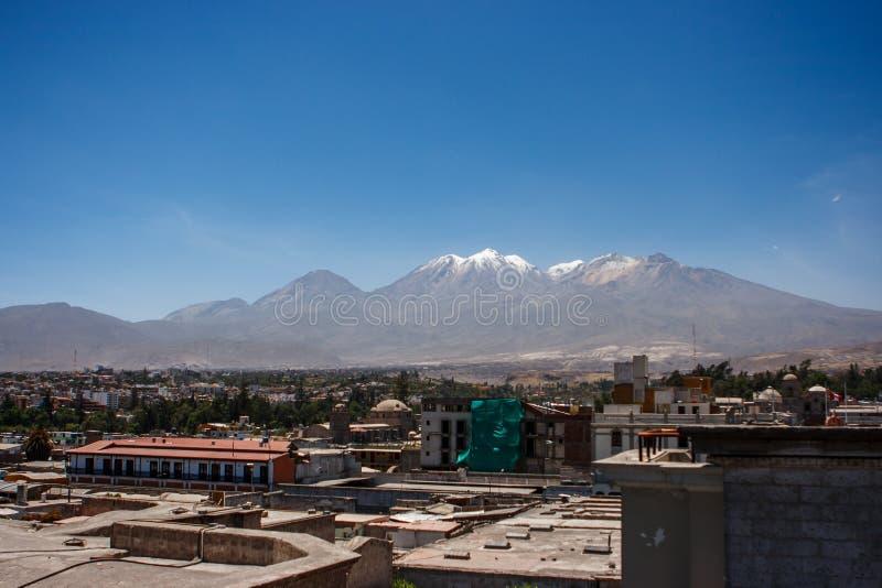 Vista della città di Arequipa, Perù con il vulcano di El Misti dentro fotografie stock libere da diritti