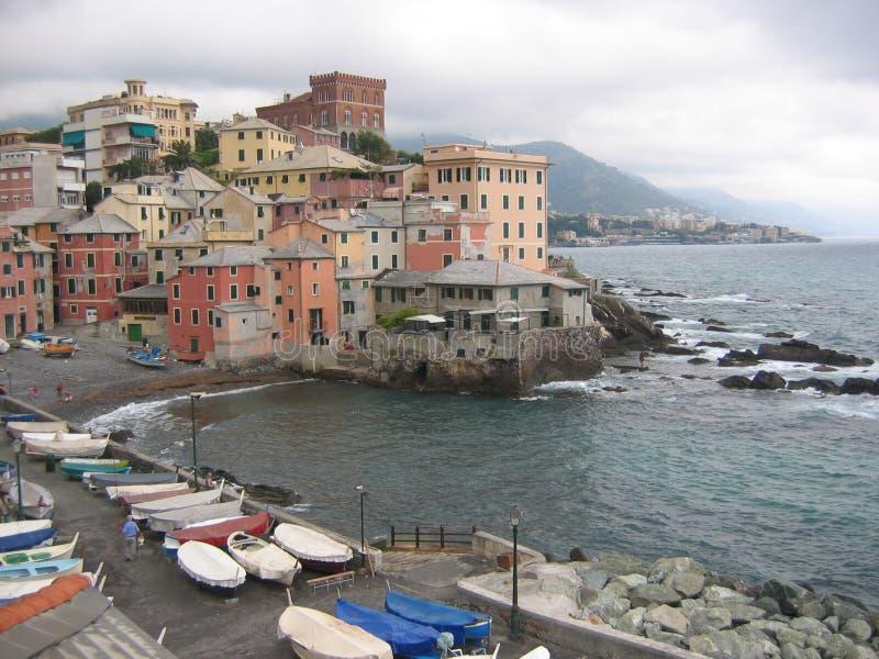 Vista della città di Boccadasse un vecchio neighbourhoodon con tempo brutto, Liguria Italia del ` dei marinai fotografia stock libera da diritti