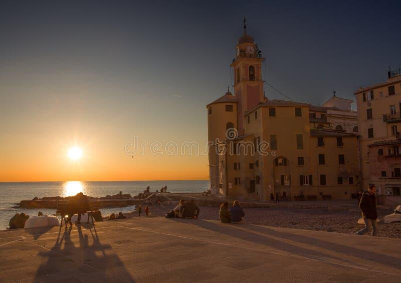 Vista della città di Camogli al tramonto, Genoa Genova Province, Liguria, costa Mediterranea, Italia fotografia stock