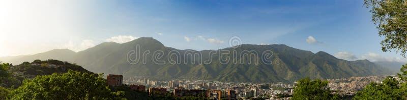 Vista della città di Caracas e del suo EL iconico Avila o Waraira Repano della montagna immagine stock