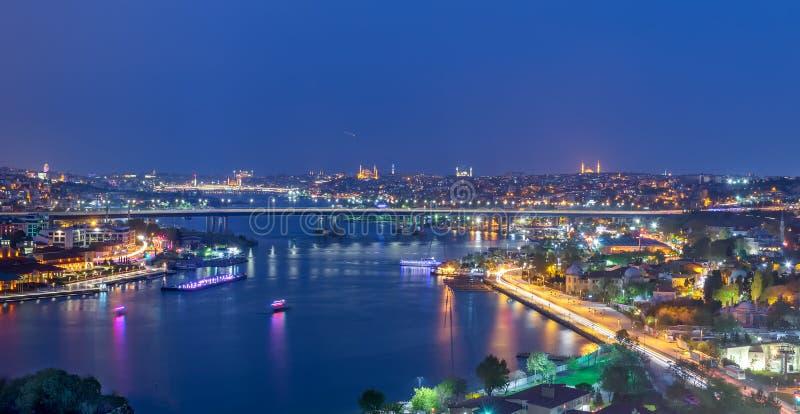 Vista della città di Costantinopoli dalla stazione di Pierre Loti Teleferik che trascura Horn dorato con il ponte di Halic, Costa fotografie stock libere da diritti