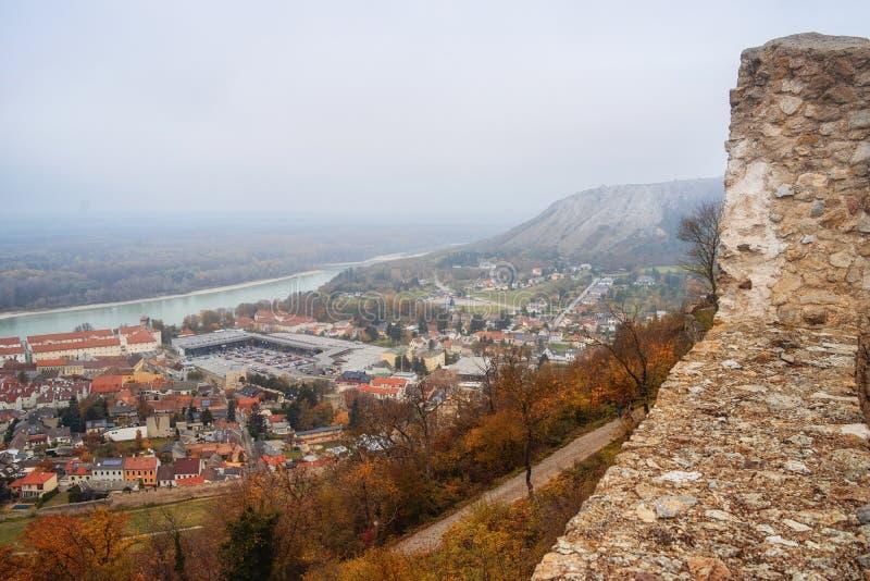 Vista della città di Highburg sul Danubio dalla cima L'Austria, Europa fotografie stock