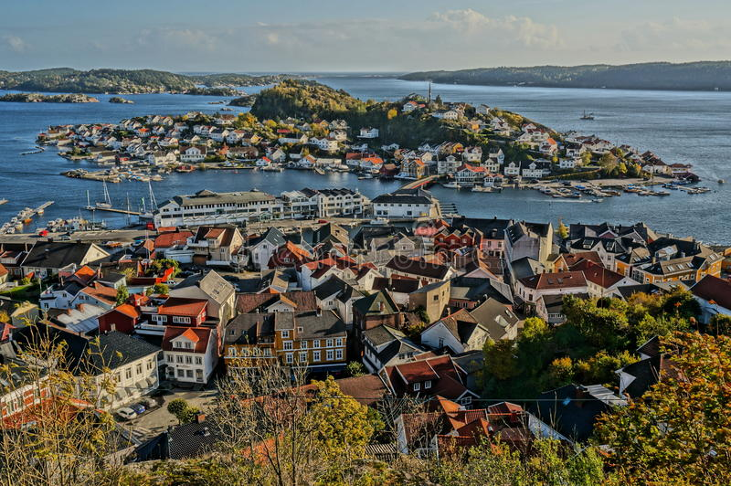 Vista della città di Kragero e del fiordo, Norvegia immagini stock