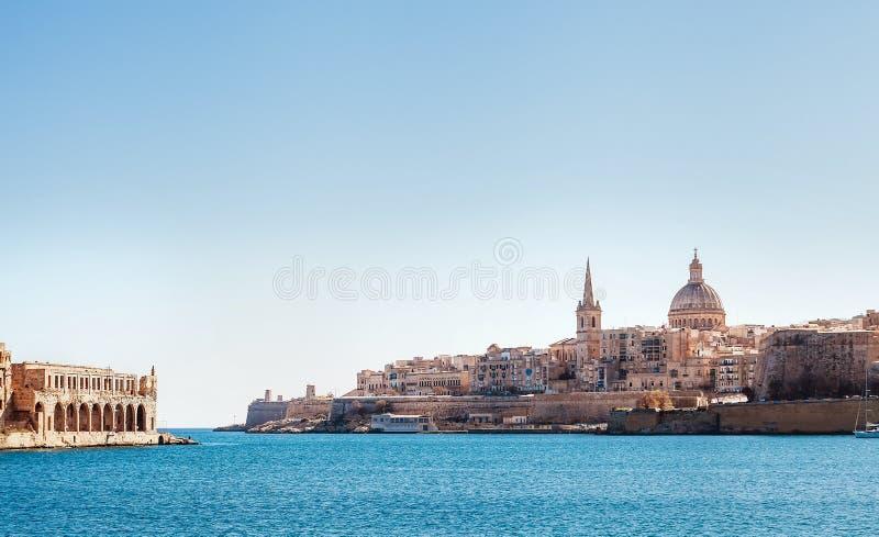Vista della città di La Valletta - la capitale del mare di Malta con la basilica o fotografie stock libere da diritti