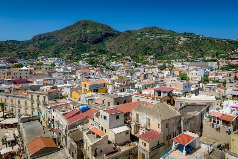 Vista della città di Lipari fotografia stock