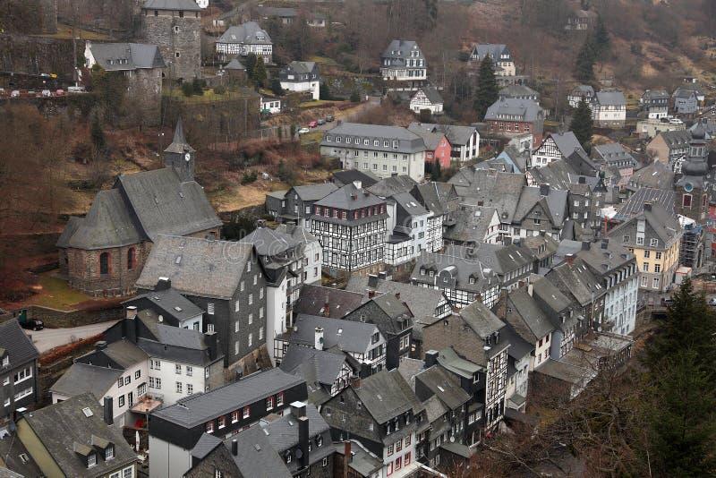 Vista della città di Monschau, Eifel, Germania fotografia stock libera da diritti