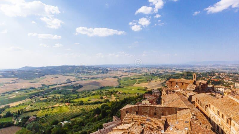 Vista della città di Montepulciano e dei campi circostanti nel centesimo fotografie stock