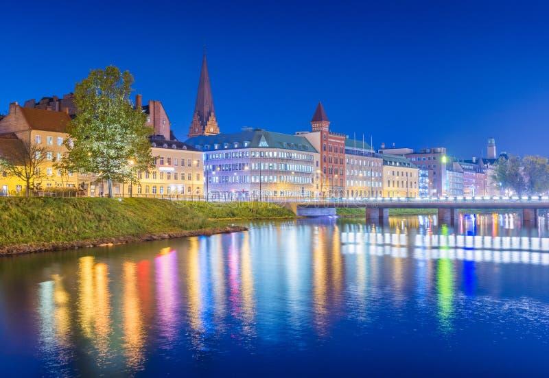 Vista della città di notte Paesaggio urbano di Malmo alla sera, Svezia fotografie stock libere da diritti