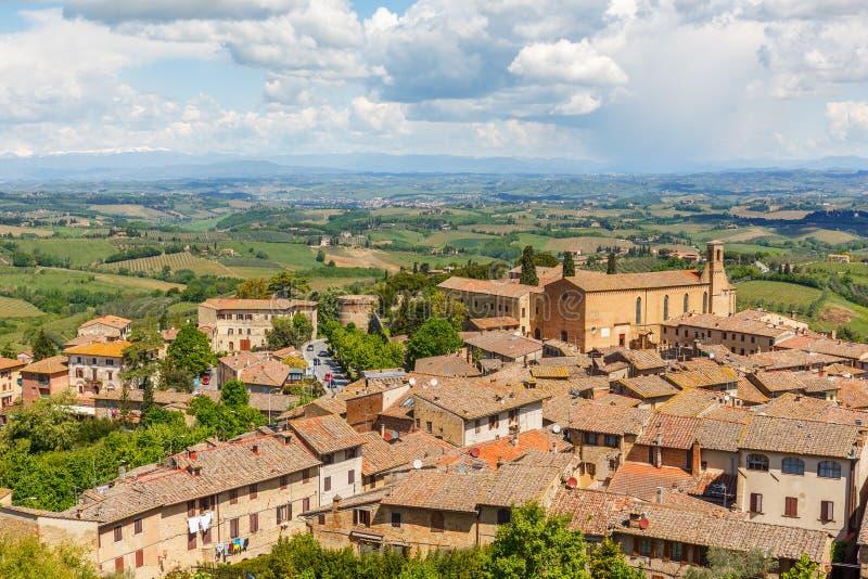 Vista della città di San Gimignano e del paesaggio della Toscana in Italia fotografia stock