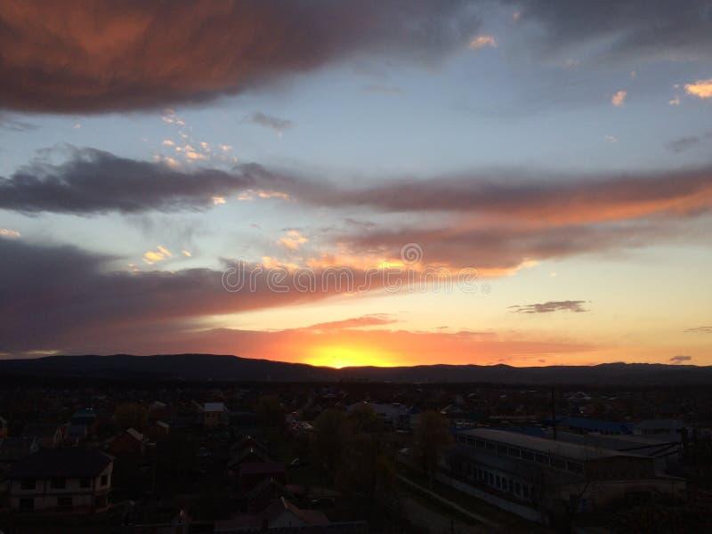 Vista della città di sera da una vista dell'occhio del ` s dell'uccello immagini stock