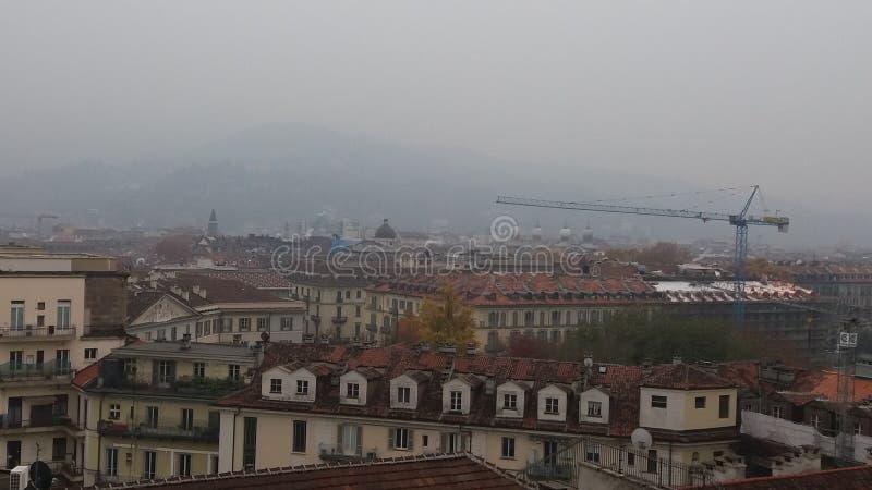 Vista della città di Torino un giorno nebbioso fotografia stock libera da diritti