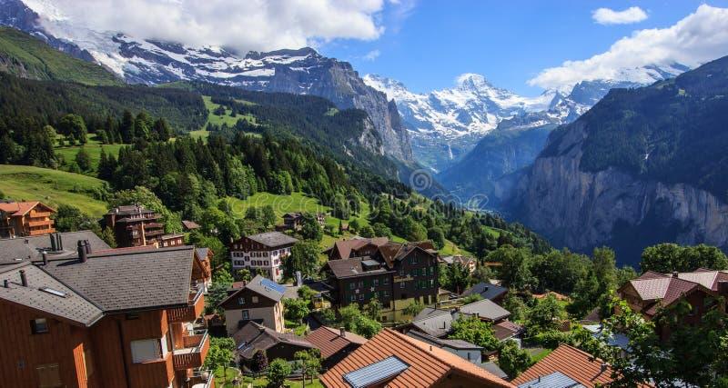 Vista della città di Wengen, della valle di Lauterbrunnen e di Jungfrau, Svizzera fotografia stock libera da diritti