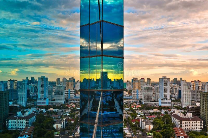 Vista della città e costruzione moderna immagini stock libere da diritti