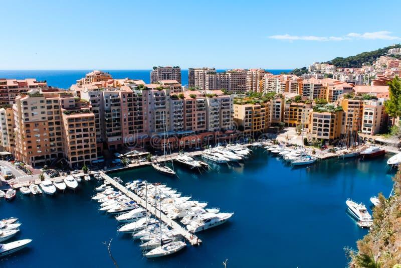 Vista della città e di Fontvieille del Monaco con il porticciolo della barca nel Monaco fotografia stock libera da diritti