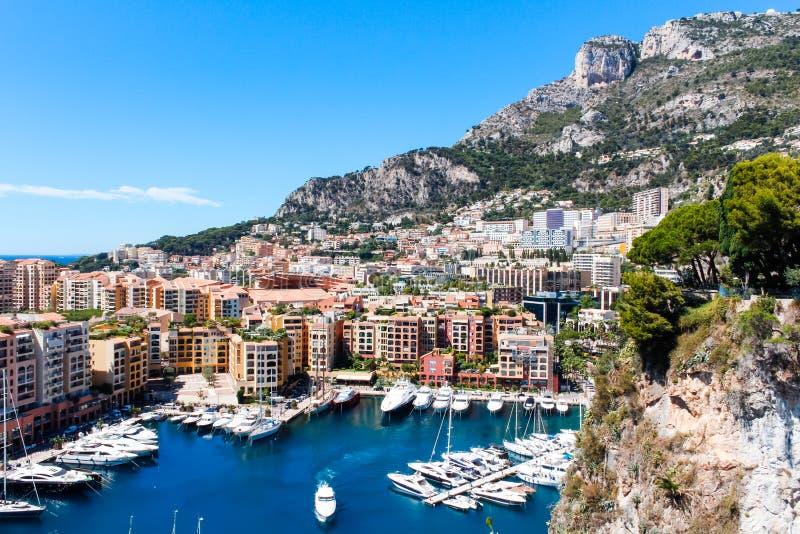 Vista della città e di Fontvieille del Monaco con il porticciolo della barca nel Monaco fotografia stock