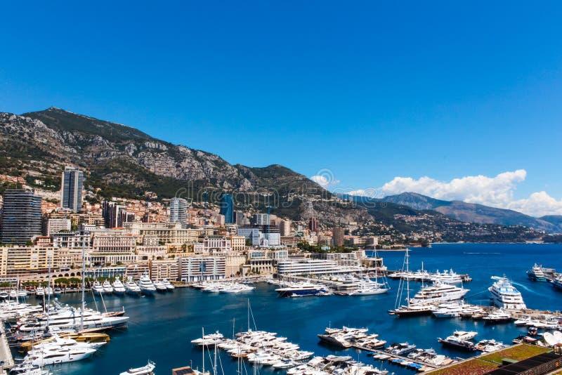 Vista della città e di Fontvieille del Monaco con il porticciolo della barca nel Monaco fotografie stock libere da diritti