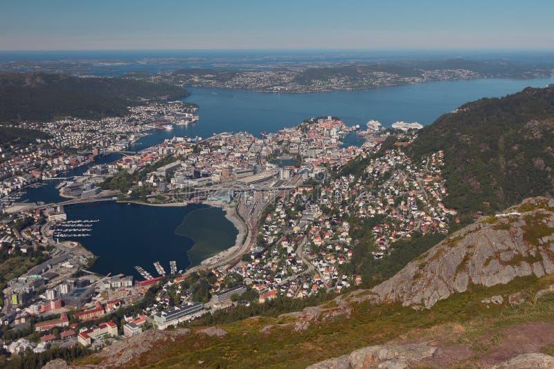 Vista della città e della sua vicinanza dalla montagna Bergen, Norvegia fotografie stock libere da diritti