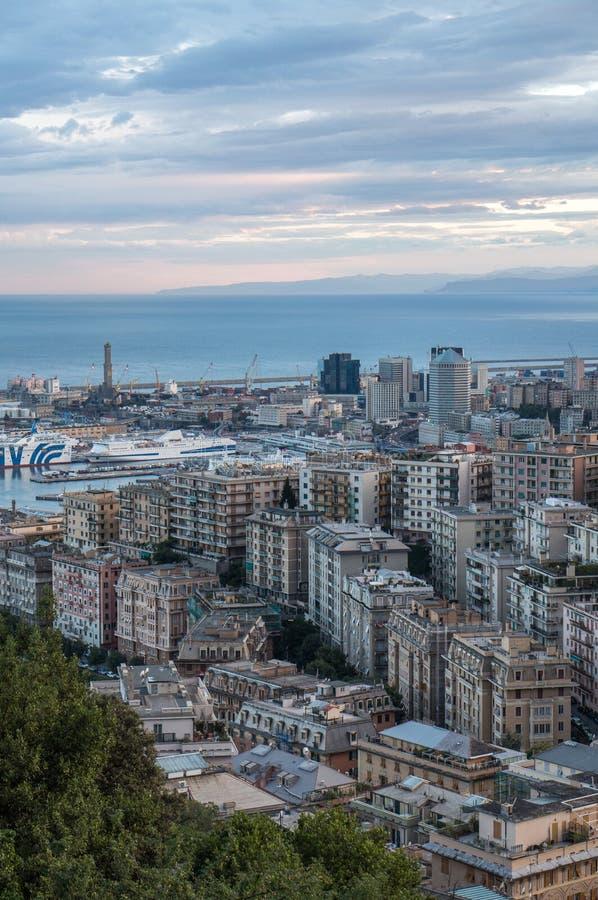 Vista della città italiana Genova durante il tramonto immagini stock libere da diritti