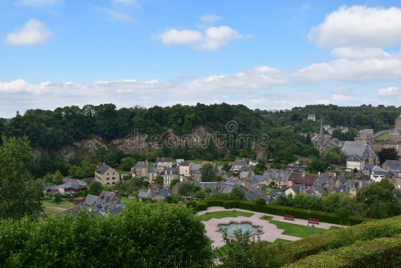 Vista della città medievale della fortezza di Fougeres in Bretagna, Francia, europa fotografia stock libera da diritti