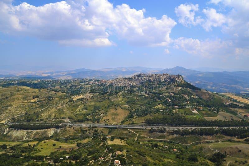 Vista della città Mediterranea di Calascibetta sulla collina da Enna Town immagini stock