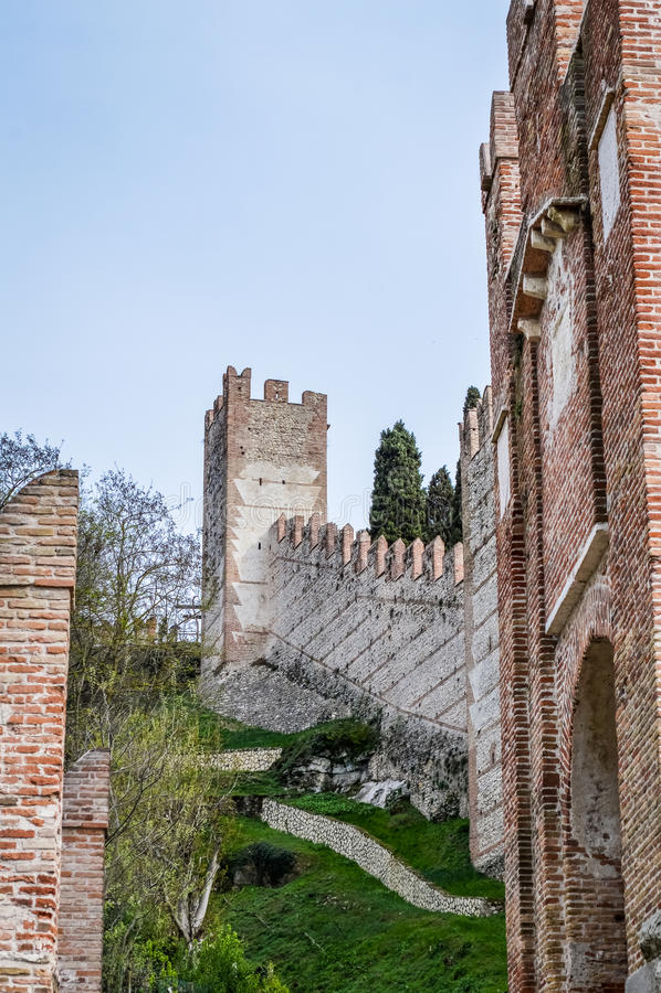 Vista della città murata italiano antico di Soave con le torri merlate e le pareti immagine stock