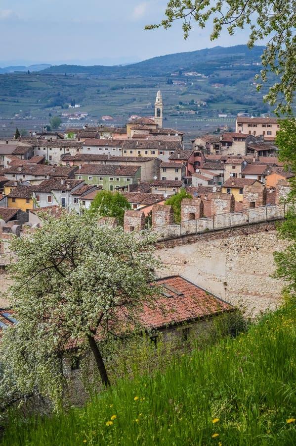 Vista della città murata italiano antico di Soave con le torri merlate e le pareti immagine stock libera da diritti
