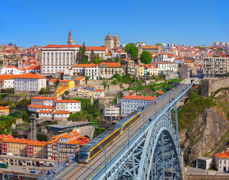 Vista della città storica del ponte di Luis e di Oporto I con il treno nel giorno soleggiato, Portogallo della metropolitana fotografie stock libere da diritti