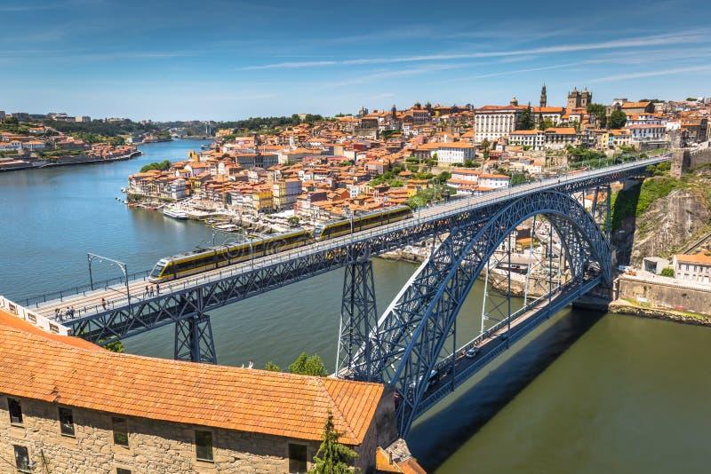 Vista della città storica di Oporto, Portogallo con Dom Luiz b immagini stock