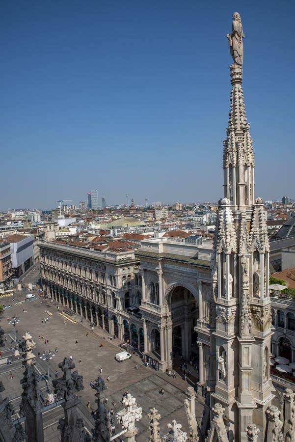 Vista della citt? di Milano dalla galleria Vittorio Emanuele del terrazzo del tetto del duomo al crepuscolo - fotografia stock