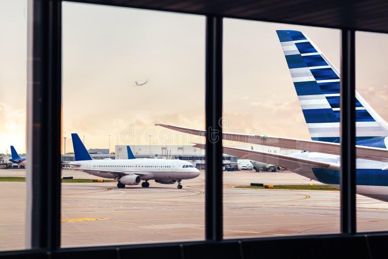 Vista della coda della fusoliera dell'aeroplano attraverso la finestra all'aeroporto immagini stock libere da diritti
