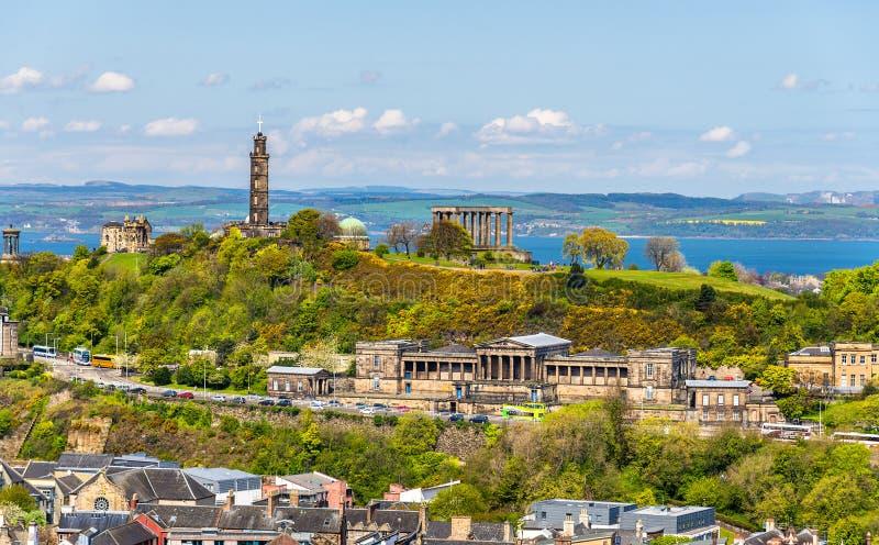 Vista della collina di Calton dal parco di Holyrood - Edimburgo immagini stock libere da diritti