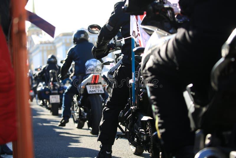 Vista della colonna organizzata del motociclista da sotto avanti fotografia stock