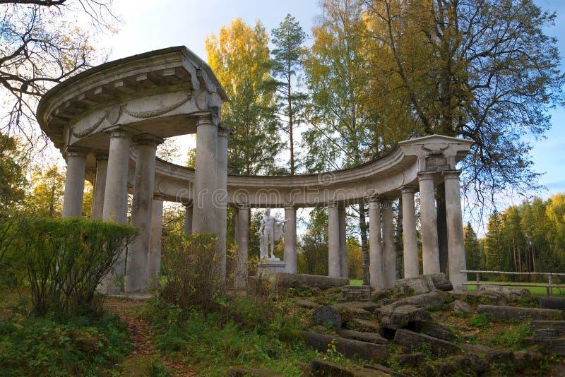 Vista della colonnato del ` s di Apollo sulla sera di ottobre Parco del palazzo di Pavlovsk fotografia stock