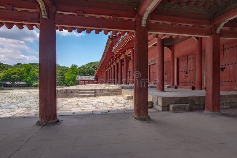 Vista della colonnato del tempio principale, santuario di Jongmyo, Seoul del dettaglio immagine stock libera da diritti