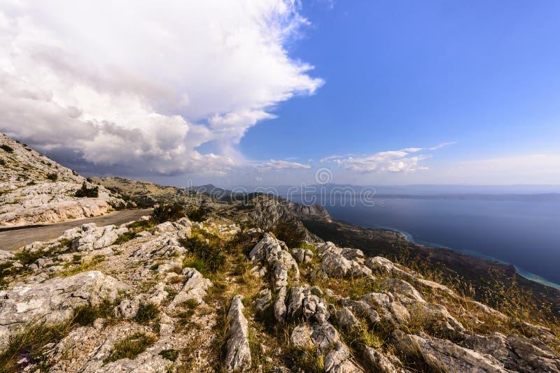Vista della costa dalmata rocciosa e del mare adriatico dal picco di Sveti Jure, parco naturale di Biokovo, Croazia immagine stock libera da diritti