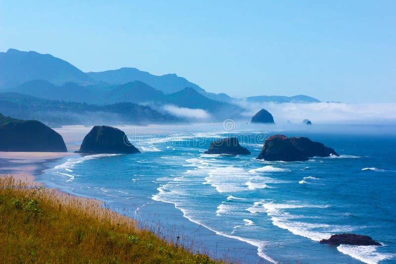 Vista della costa dell'Oregon verso la roccia del mucchio di fieno immagine stock libera da diritti