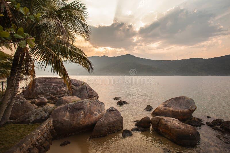 Vista della costa delle montagne e del mare di Paraty - RJ immagini stock