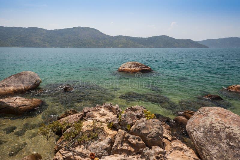 Vista della costa delle montagne e del mare di Paraty - RJ immagini stock libere da diritti