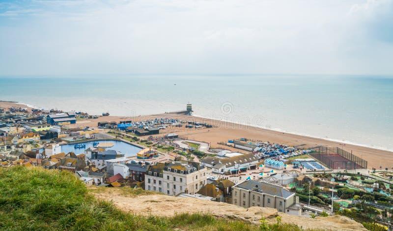 Vista della costa inglese dalla collina ad ovest in Hastings, Sussex orientale, fotografie stock libere da diritti