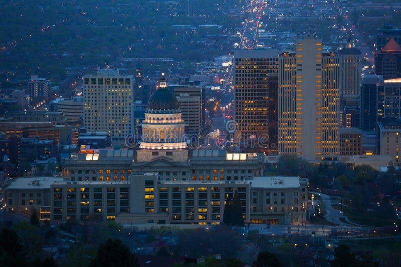 Vista della costruzione del Campidoglio dell'Utah durante la notte fotografia stock libera da diritti