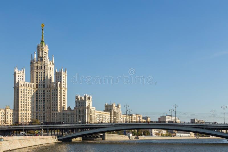 Vista della costruzione dell'argine di Kotelnicheskaya, Mosca, Russia fotografia stock libera da diritti