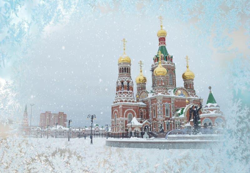 Vista della costruzione di chiesa ortodossa dalla finestra innevata fotografie stock libere da diritti