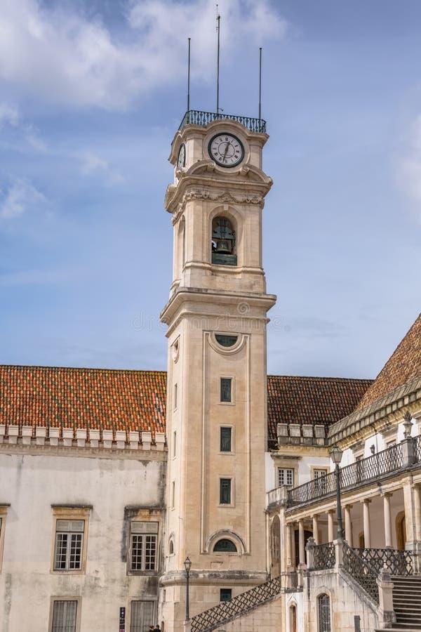 Vista della costruzione della torre dell'universit? di Coimbra, struttura architettonica classica con masonr ed altre costruzioni fotografie stock libere da diritti