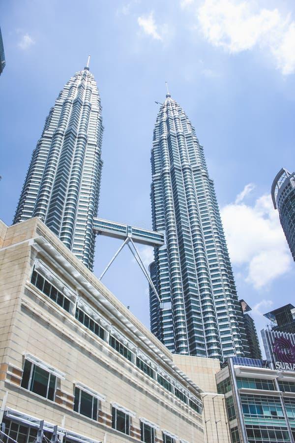 Vista della costruzione della torre gemella e di Suria KLCC di Petronas durante la luce del giorno in Kuala Lumpur, Malesia immagine stock libera da diritti
