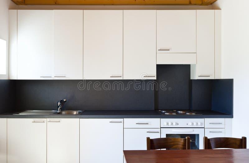 Vista della cucina bianca immagini stock