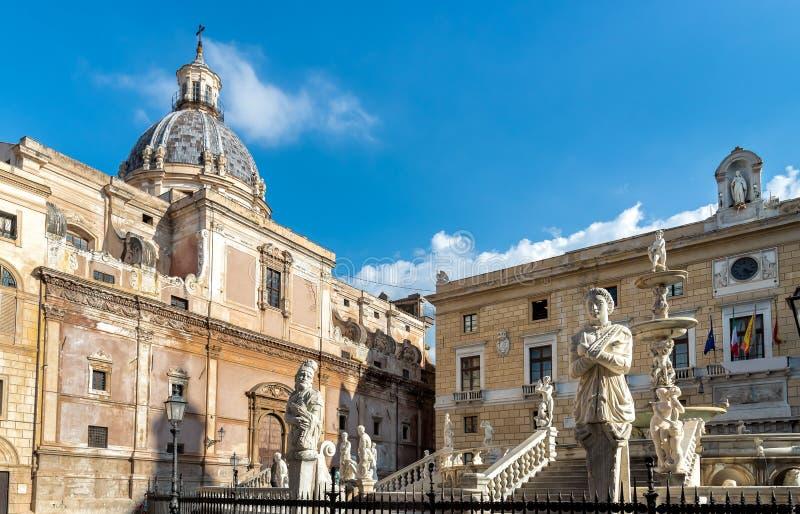 Vista della cupola della chiesa di Santa Caterina con la statua della fontana di Pretoria avanti a Palermo, Sicilia immagine stock