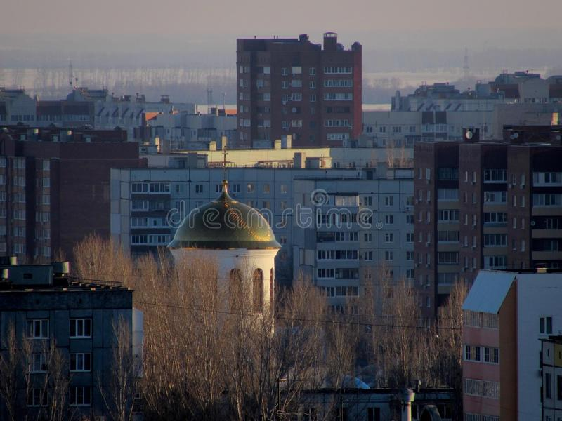 Vista della cupola della parrocchia in onore dell'intercessione del Theotokos più santo fotografia stock libera da diritti