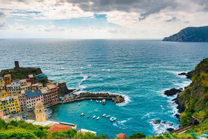 Vista della destinazione famosa Vernazza, una piccola vecchia città mediterranea del punto di riferimento di viaggio del mare con fotografia stock