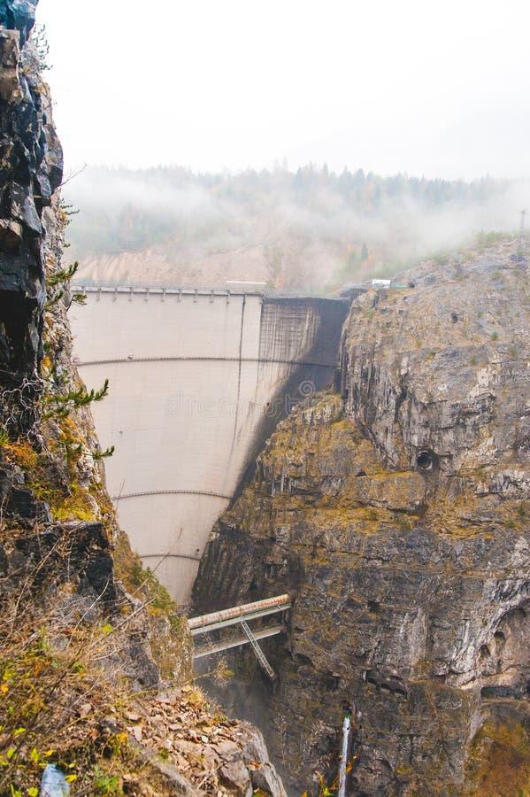 Vista della diga del vajont un giorno nuvoloso fotografia stock