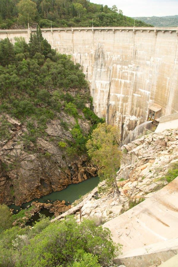 Vista della diga di Viña della La, situata vicino a Nono ed a Mina Clavero immagini stock libere da diritti